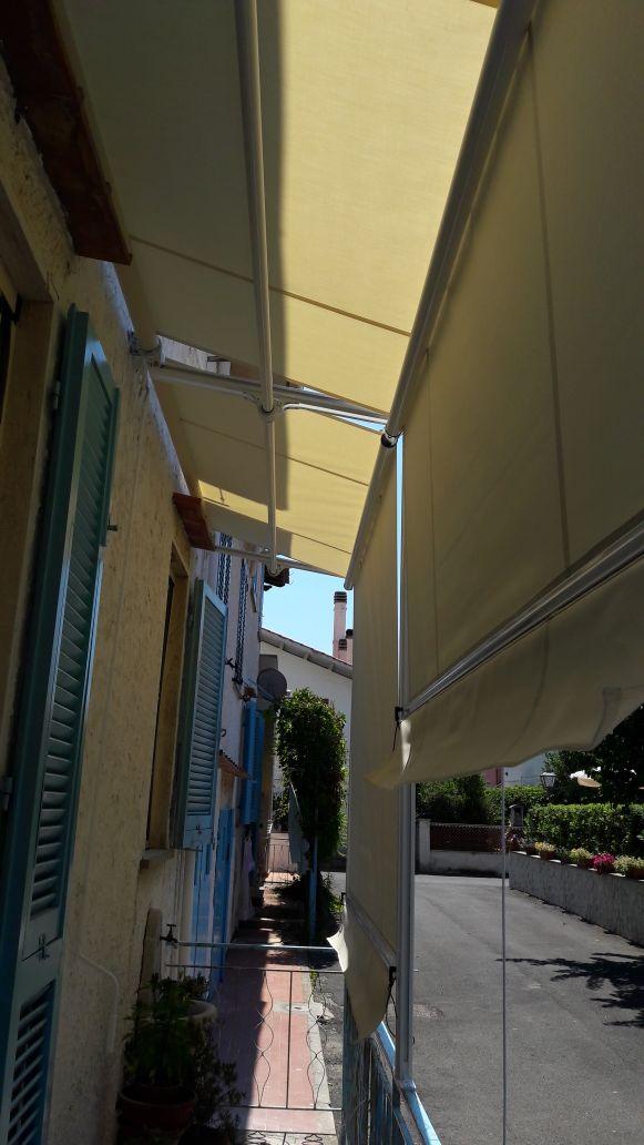 2 tende a capanno per copertura terrazzo su strada