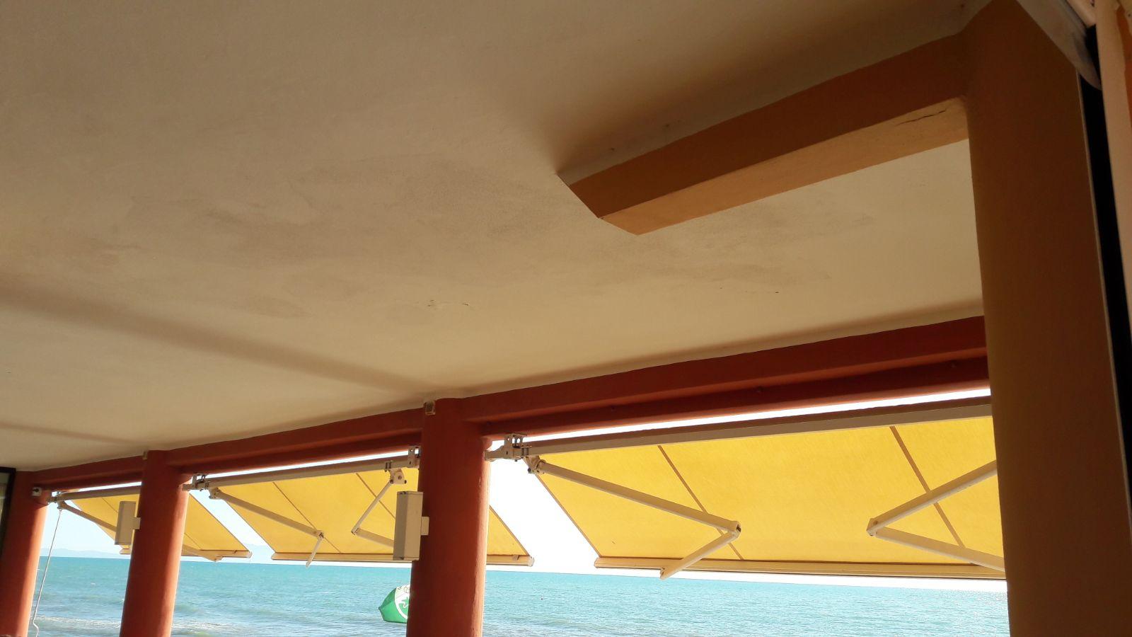 3 tende a bracci per struttura ricettiva sul mare