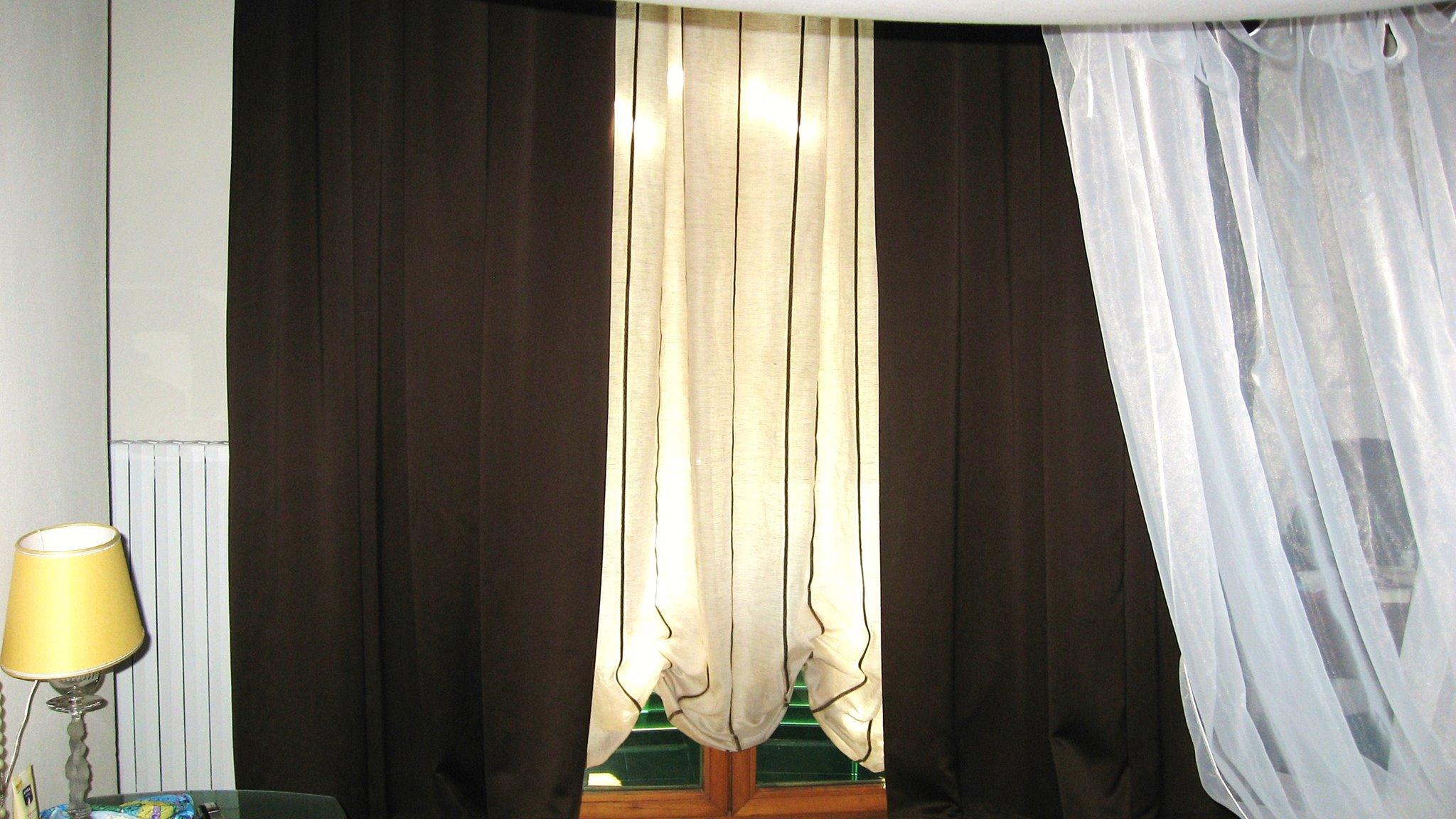 tenda a pacchetto a bombolino in lino e tenda oscurante in raso su bastone in ferro battuto