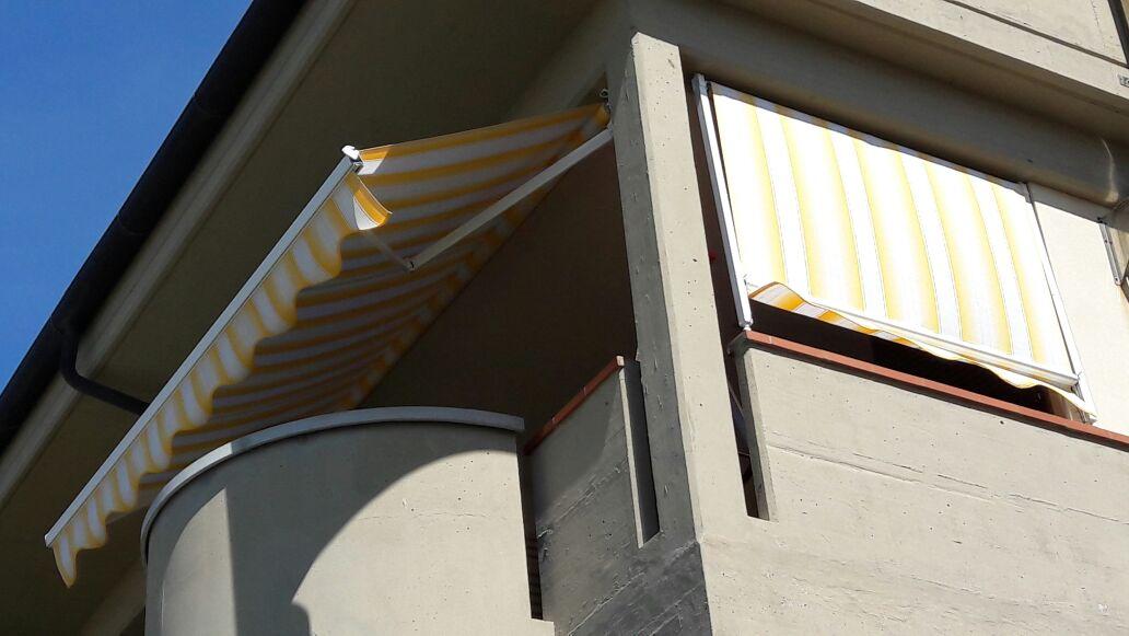 copertura balcone con tende a bracci e a caduta
