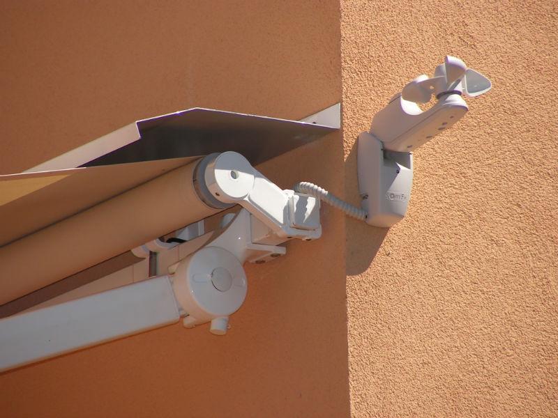 """""""Kit Anemometro Somfy"""" per l'automazione delle tende da sole con controllo di sicurezza del vento."""