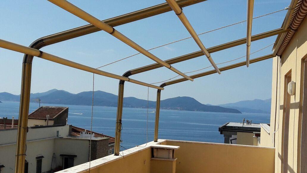 struttura di tenda a capanno per balcone