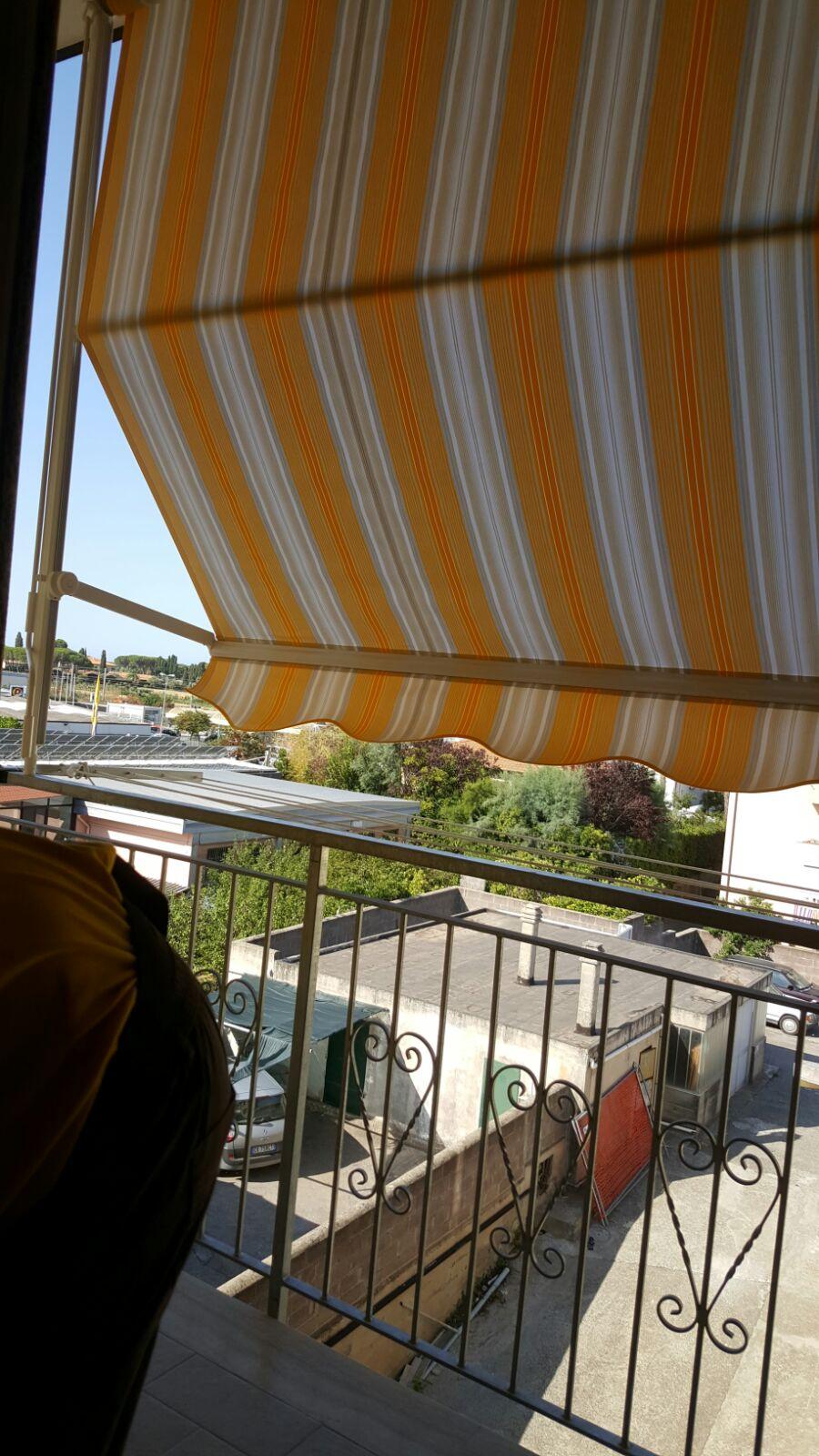 tenda a caduta a righe con braccetti per copertura terrazzo