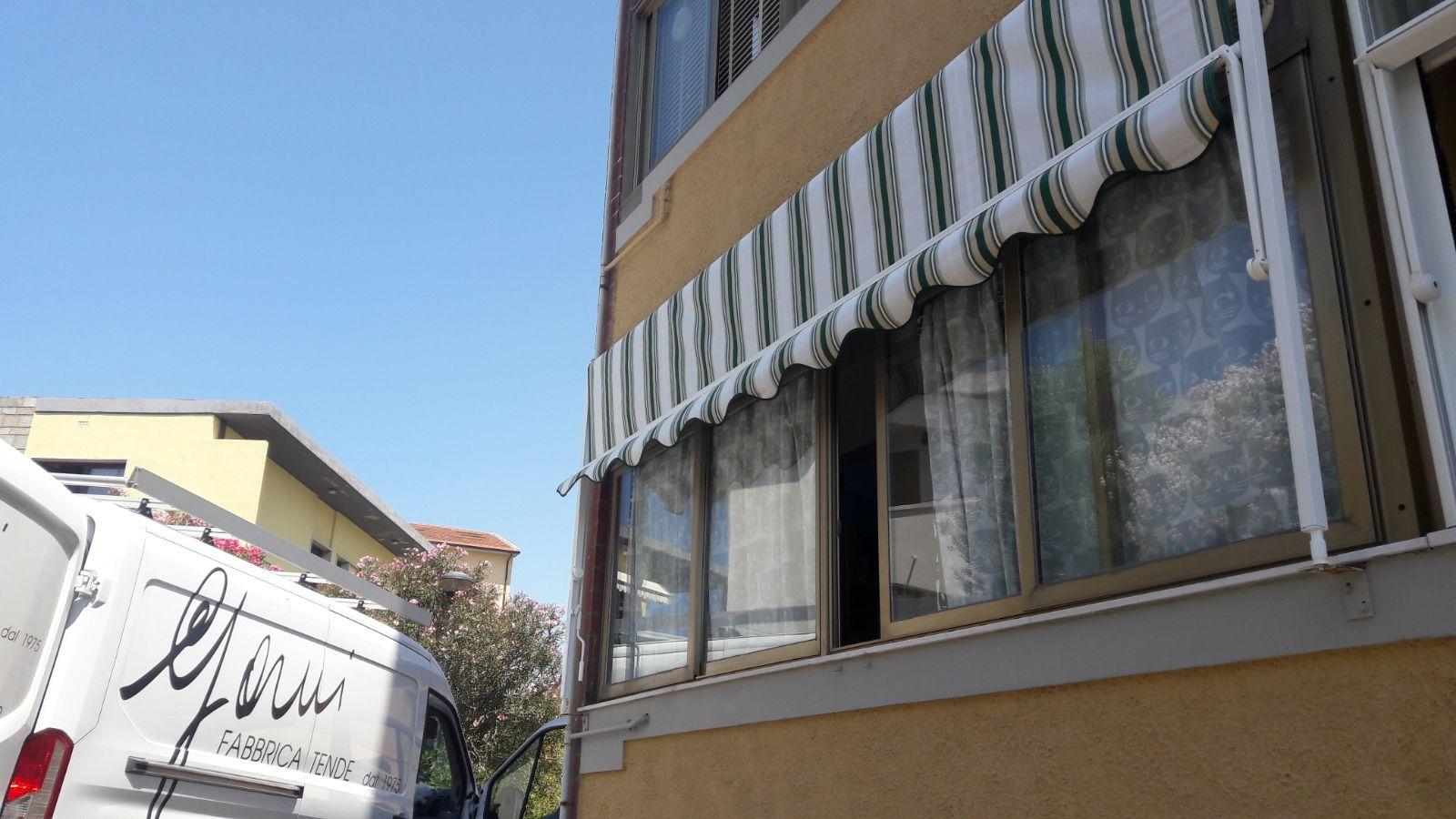 tenda a caduta a righe per copertura finestra
