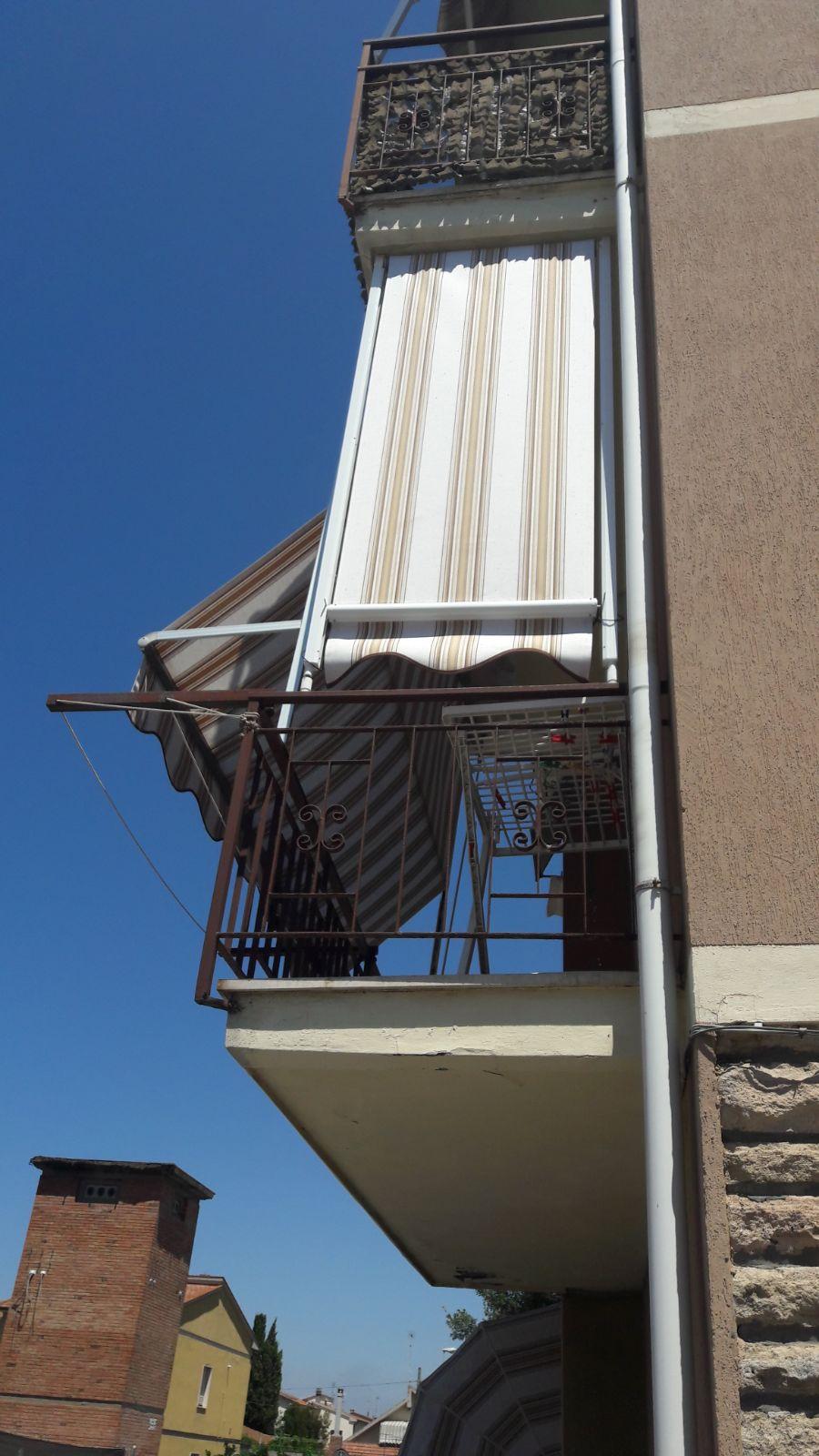 tenda a caduta con braccetti e tenda a caduta con guide laterali