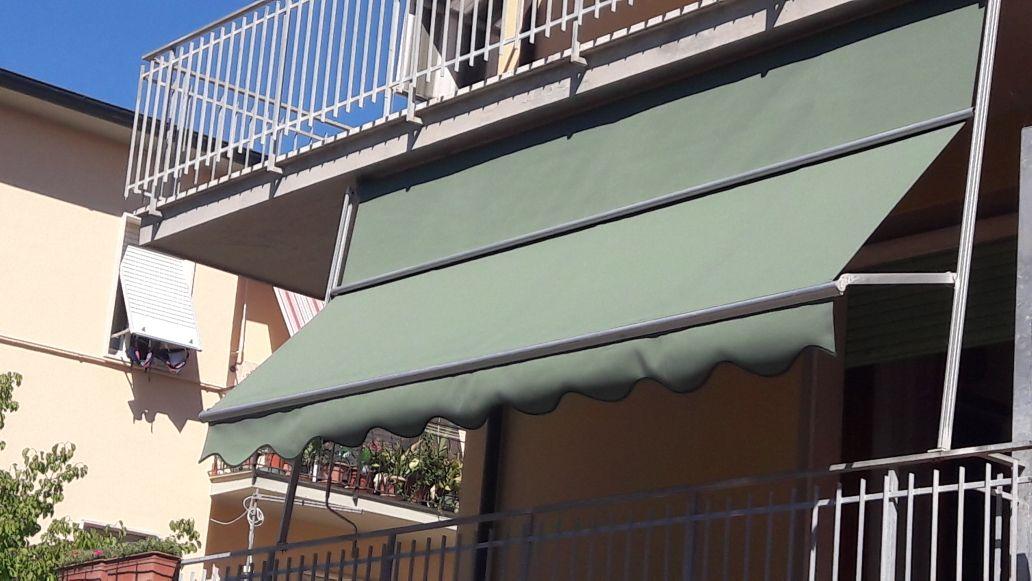 tenda a caduta verde per terrazzo