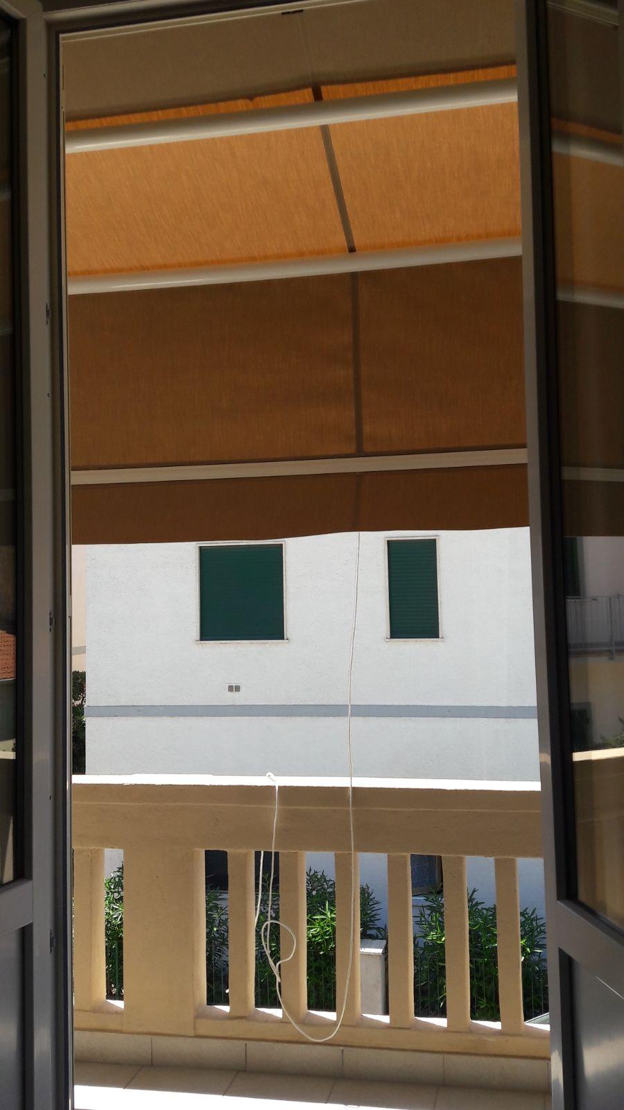 tenda a capanno a righe per balcone appartamento