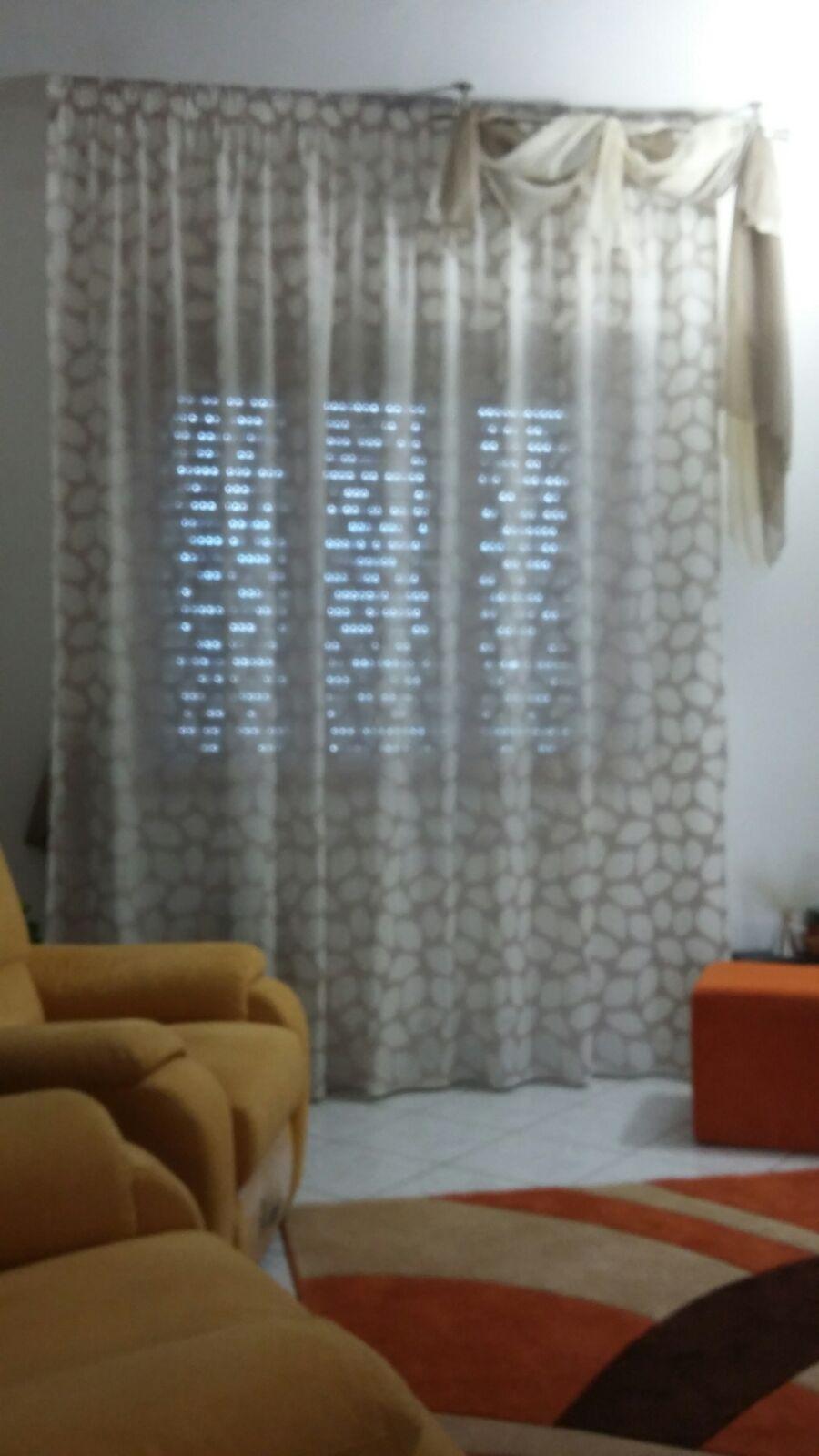 tenda arricciata per sala su binario con drappo bicolore