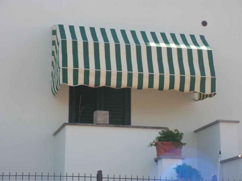 Tenda da Sole a cappottina  con stoffa a righe per terrazzino.