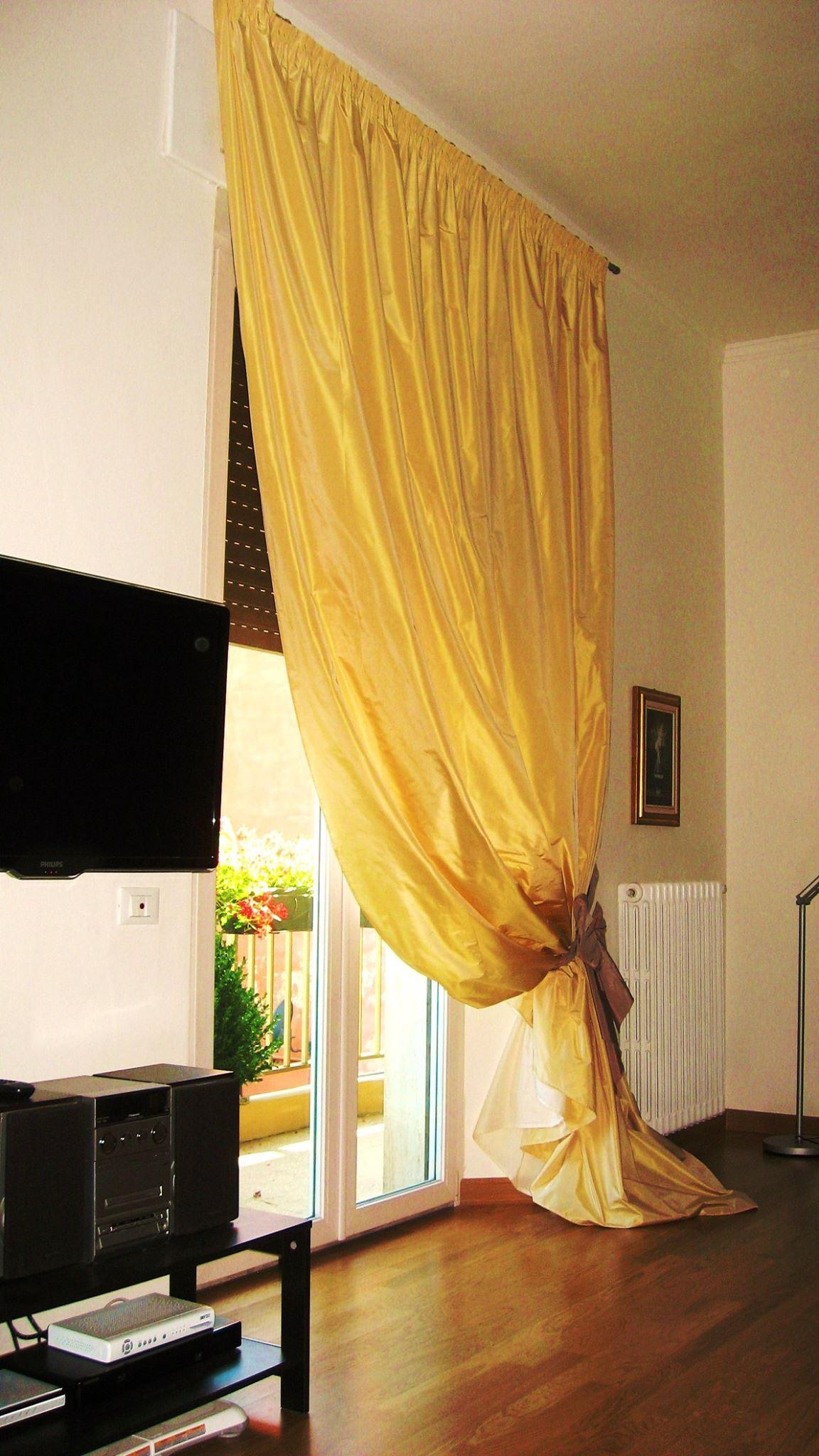 tenda shabby chic in taffeta su bastone in acciaio ed con fiocco in colore a contrasto