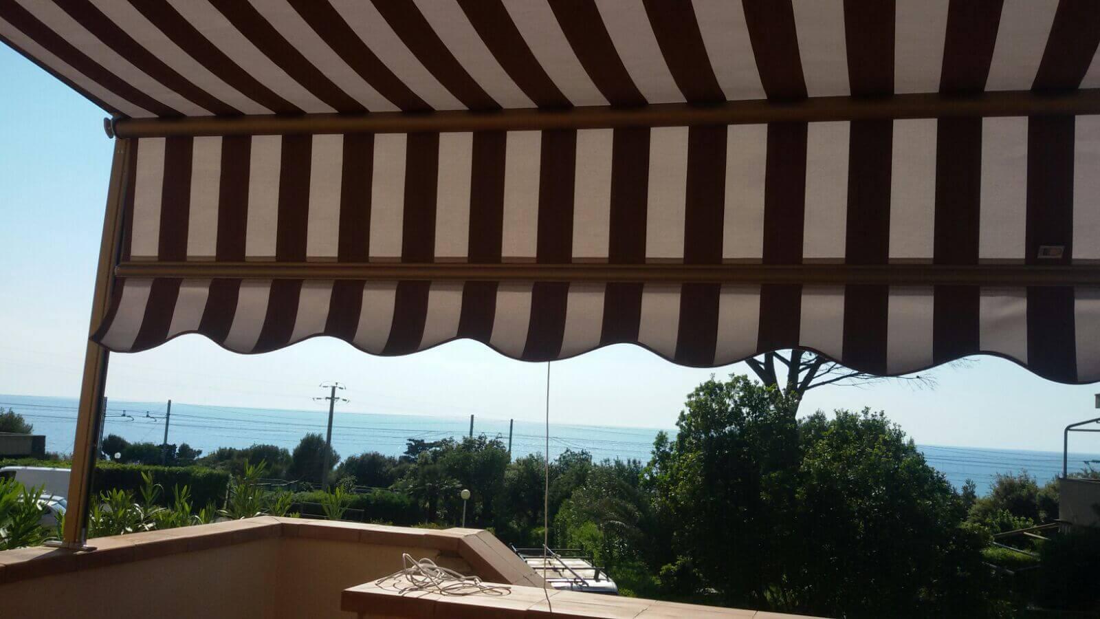 tenda sole con guida laterale per terrazza