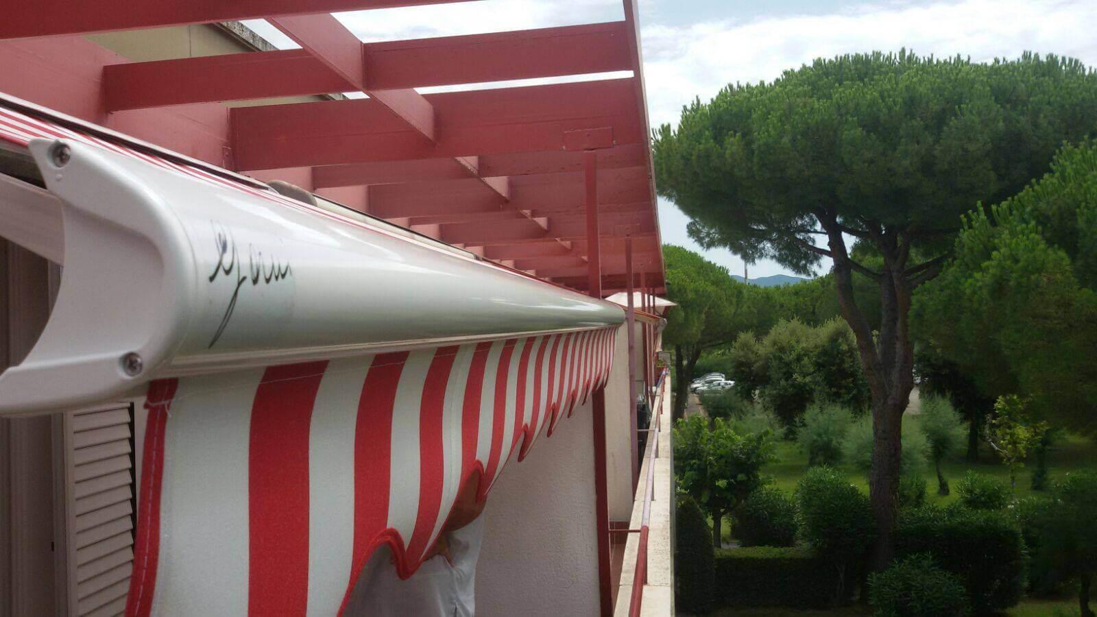 tenda t9 a cassonetto a righe rosse e bianche