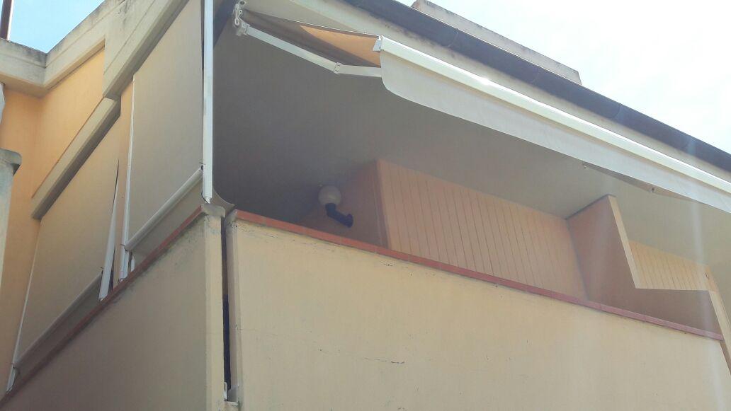 tende a bracci e caduta per balcone
