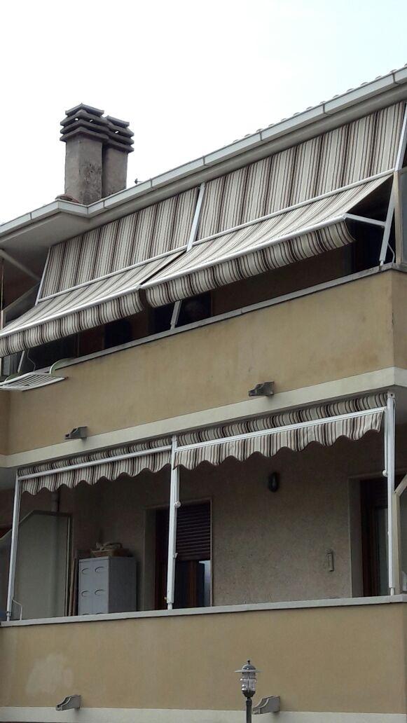 tende a caduta con braccetti per balcone