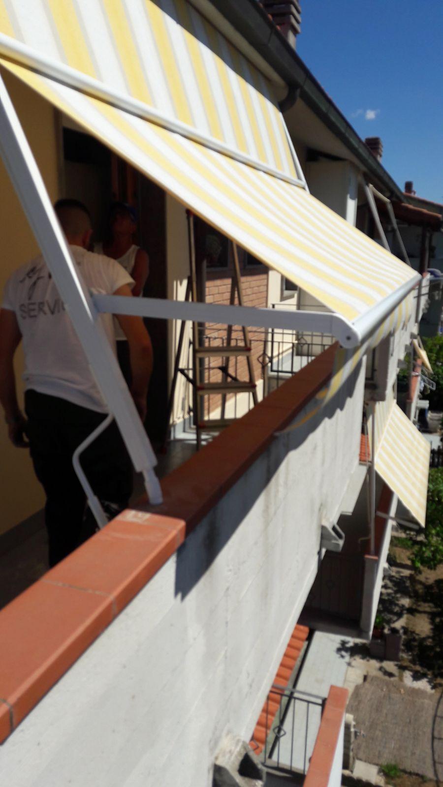 tende a caduta con guide laterali per balcone