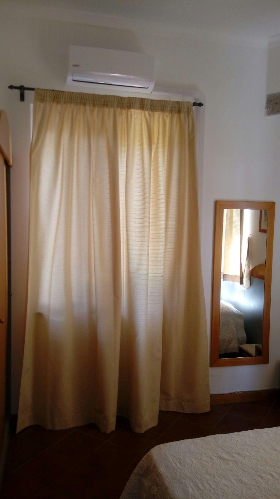 tende arricciate montate su bastone frontale per camera da letto