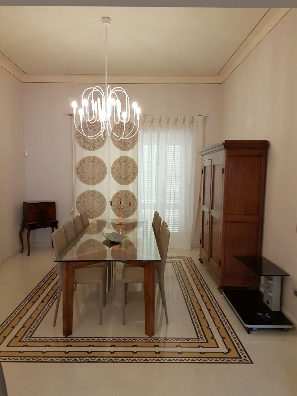 Tende per sala da pranzo classica tende per interni quale for Tende sala da pranzo