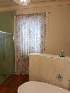 tende lunghe a fiori rosa in bagno <b>RIF: TC60</b>