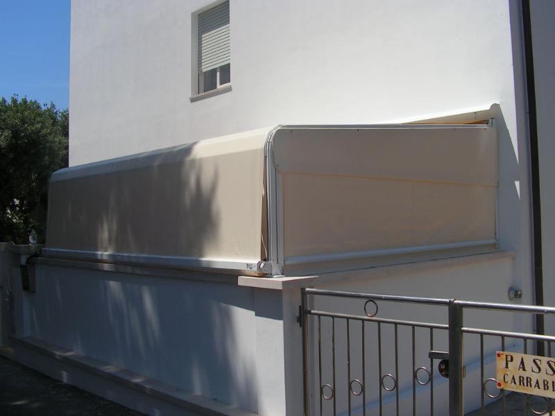 Tenda da sole in struttura pesante a capanno in PVC.
