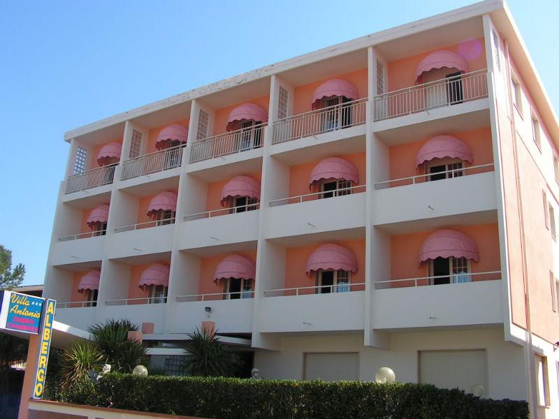 Tende da sole a cappottina per hotel con tessuto rosa.