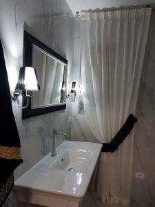 tenda classica con embrasse per finestra del bagno