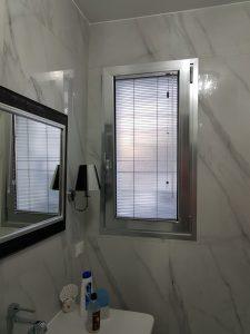 bagno con finestra privo di tenda
