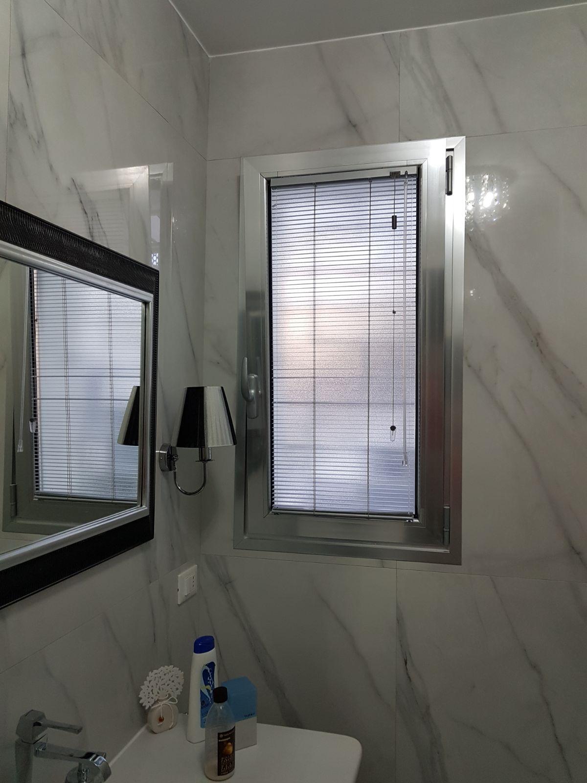 Tende per finestre del bagno 3 modelli di tende pi apprezzati gani - Tende per finestra del bagno ...