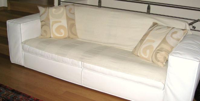 rivestimento divano su misura con cuscini coordinati