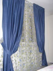 doppia tenda con sottotenda velata con fiori blu e calate blu