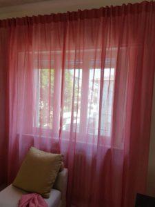 tenda in lino rosa arricciata ad asole con montaggio su bastone senza anelli