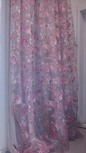 tenda in velo stampato con rose rosa
