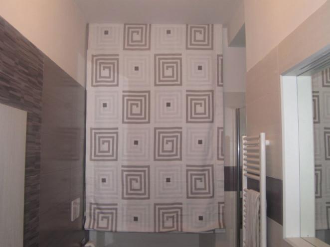 tenda a pacchetto liscio bianca con fantasia optical beighe ed ecrù