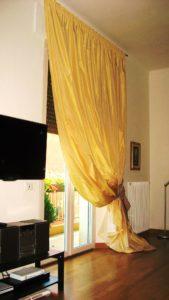 elegante tenda in taffeta giallo su bastone in acciaio e con fiocco fermatenda