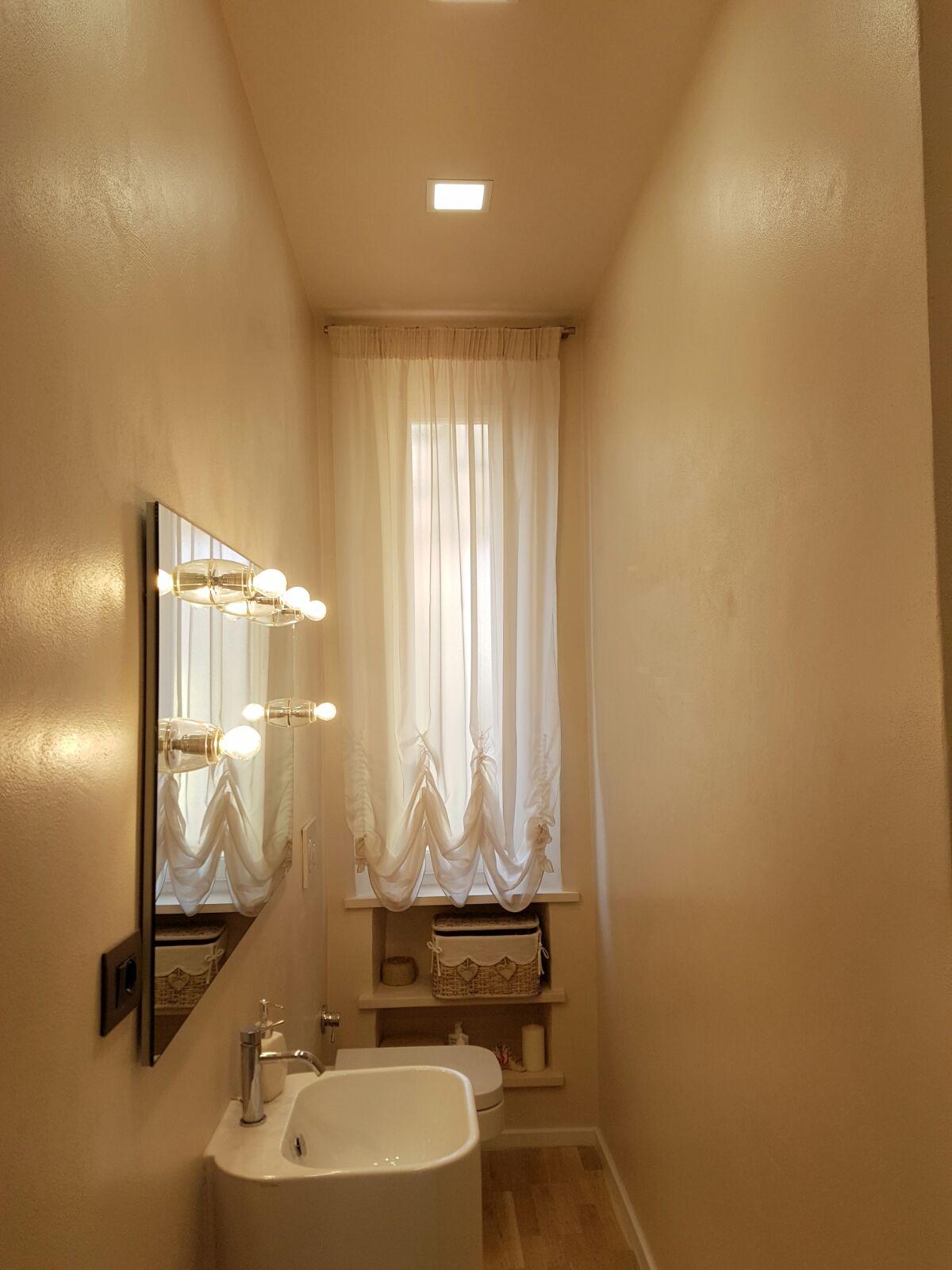 Tende per finestre del bagno i modelli pi pratici e - Tende classiche per bagno ...