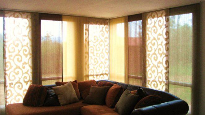 tende a pannelli con colori coordinati e fantasia con arabeschi per soggiorno