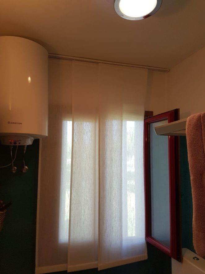 tende a pannelli corti per finestra bagno