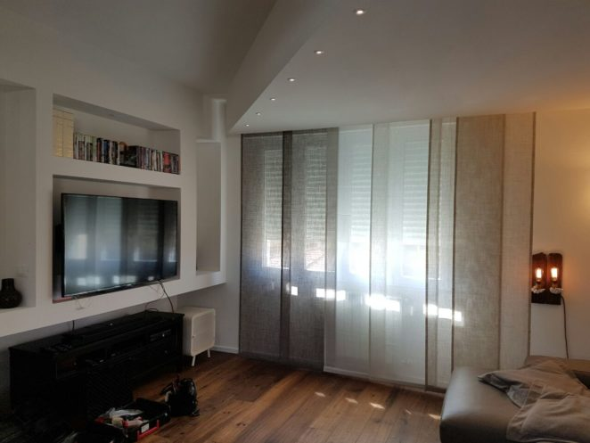 Tende a pannelli moderne pratiche e versatili gani - Tende sala moderna ...