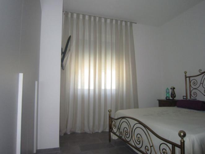 tende per interni lunghe a terra in tessuto a righe bicolore verticali bianche e beige