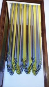 tende da interni a righe verticali gialle e viola
