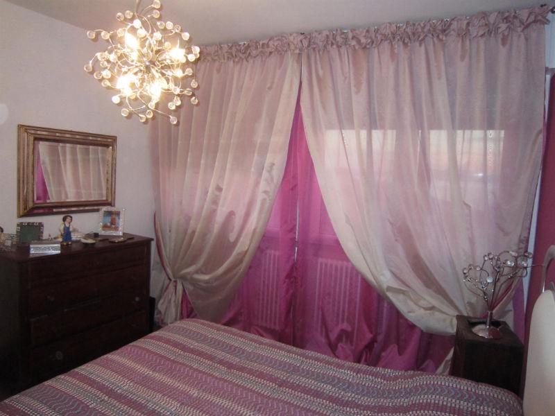 Come scegliere il colore delle tende da interni gani - Camera da letto bianca e viola ...