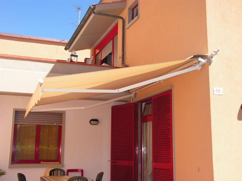 tenda da sole motorizzata a bracci estensibili con barra quadra di rinforzo da gani tende in toscana