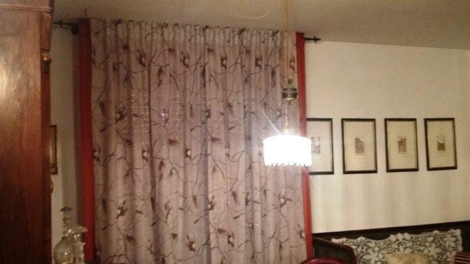 tende provenzali in misto lino a fiori con velo rosso rame su bastone in ferro battuto antracite