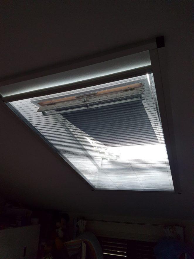 zanzariera plisse oscurante montata sull'esterno del vano della finestra a tetto