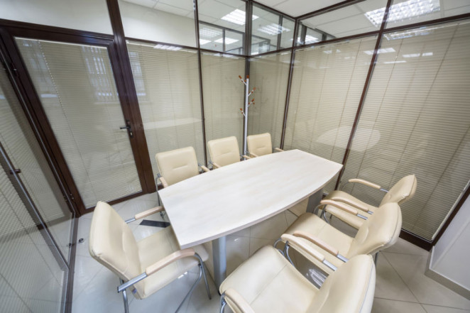 esempio di veneziane usate in ufficio per privacy