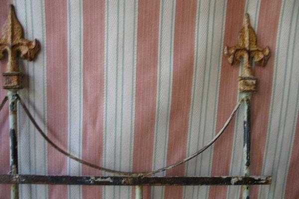 testiera letto chippy e tessuto shabby chic a righe verticali rosa