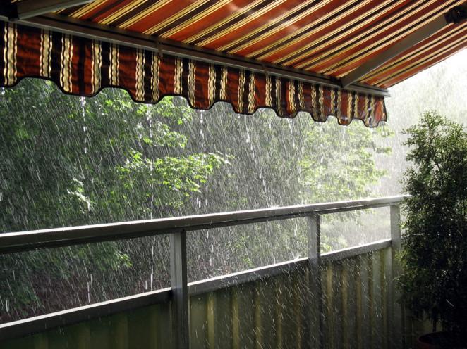 tende da sole sotto la pioggia