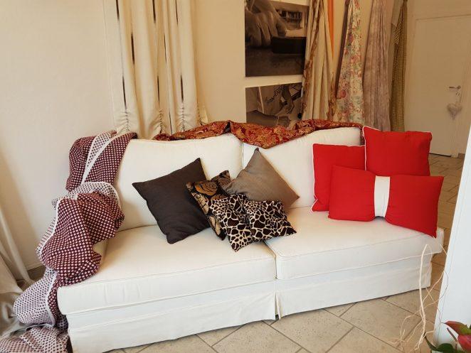 divano marca gani fatto a mano in massello e piume colore bianco con cuscini