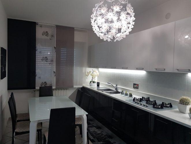 tende a pannelli con fantasia e colori alternati su misura e adattate a piano cucina