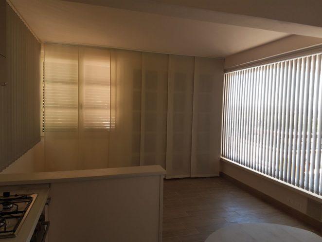 tende a pannelli e tende verticali coordinate per sala con cucina