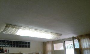 tende filtranti in tessuto ignifugo su binari a soffitto per schermatura luci al neon